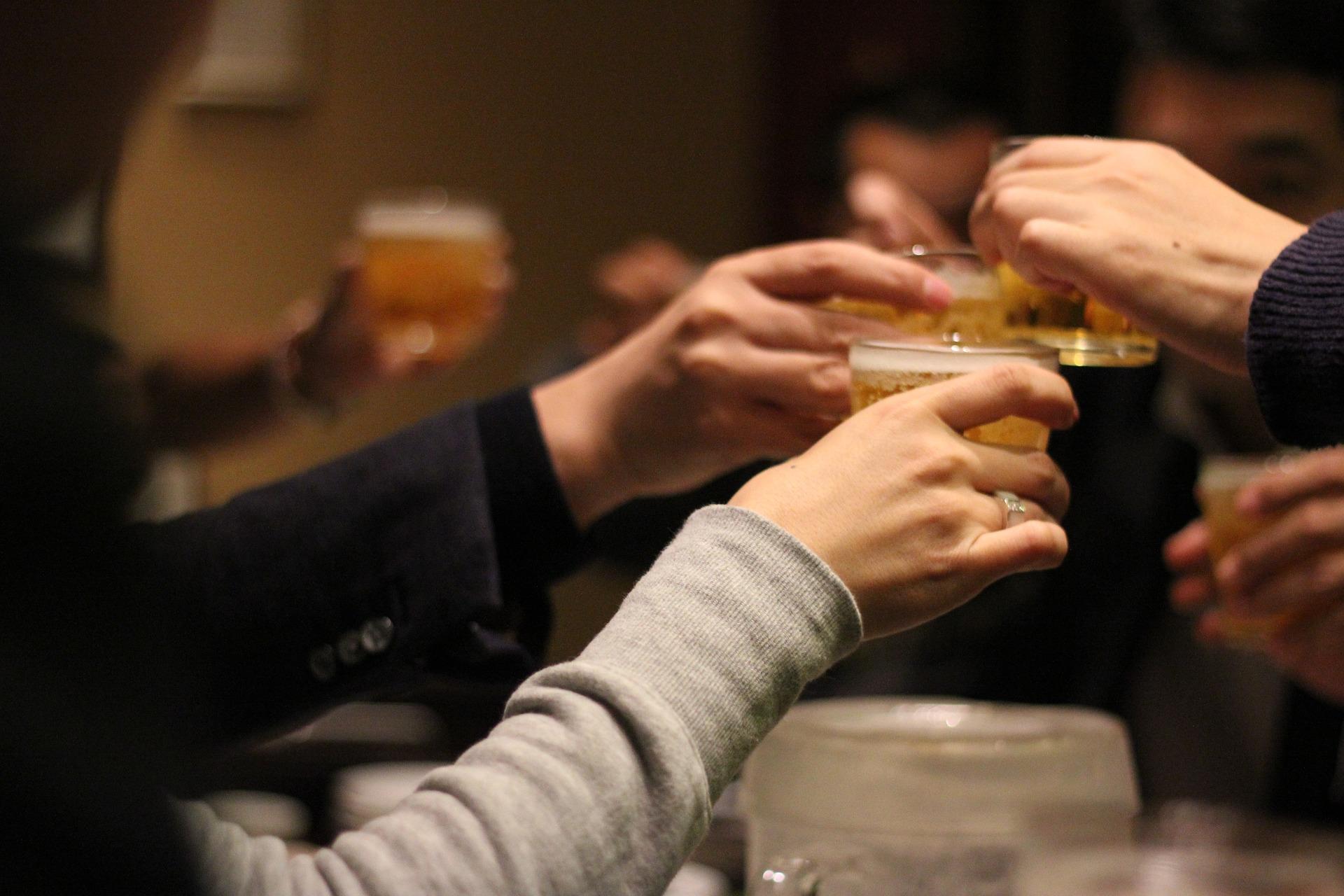 飲み会で乾杯するみんな
